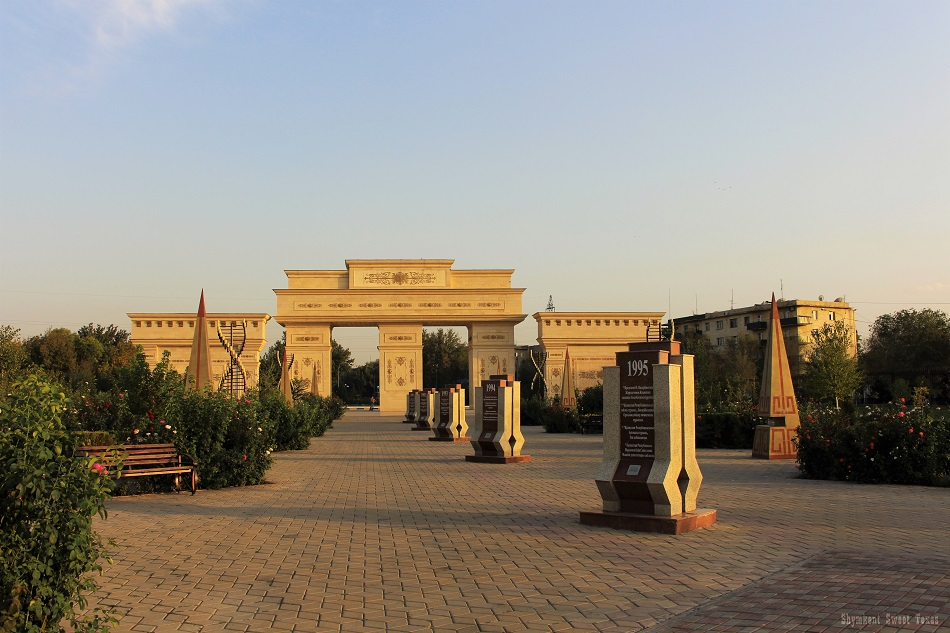 parc-independance-shymkent_porte-et-allee-des-steles