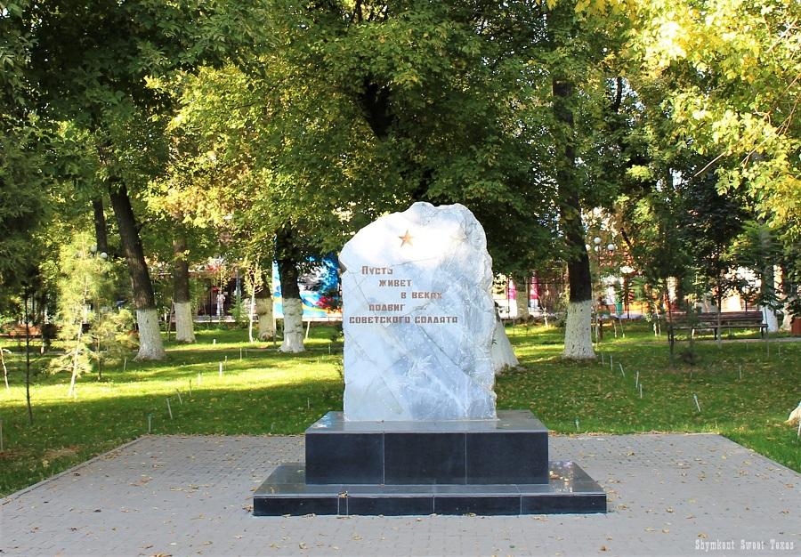 parc-victoire-shymkent_stele-memoire-soldats