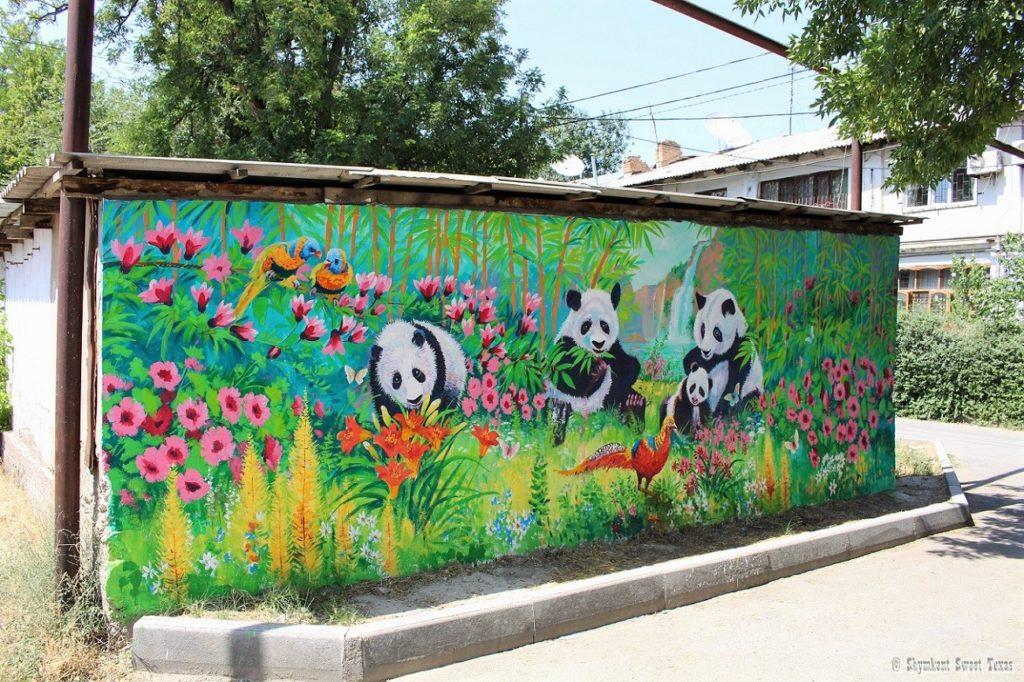 L'attribut alt de cette image est vide, son nom de fichier est Shymkent-Bazar-Krytyi-Street-art-Pandas-1024x682.jpg.