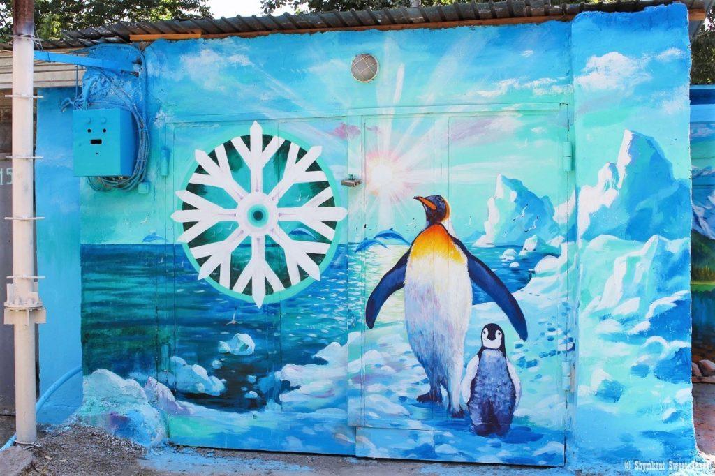L'attribut alt de cette image est vide, son nom de fichier est Street-art-Shymkent-Kazakstan-Penguin-1024x682.jpg.